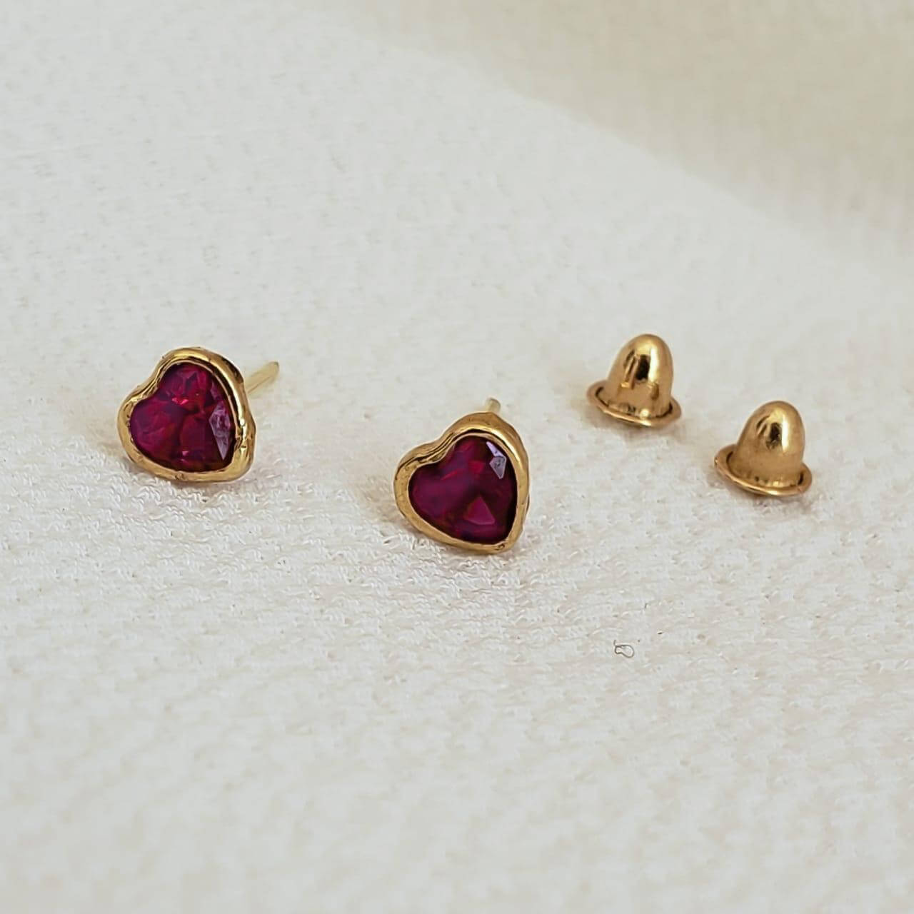 Brinco Coração Cristal em Ouro 18k Ruby Sintético