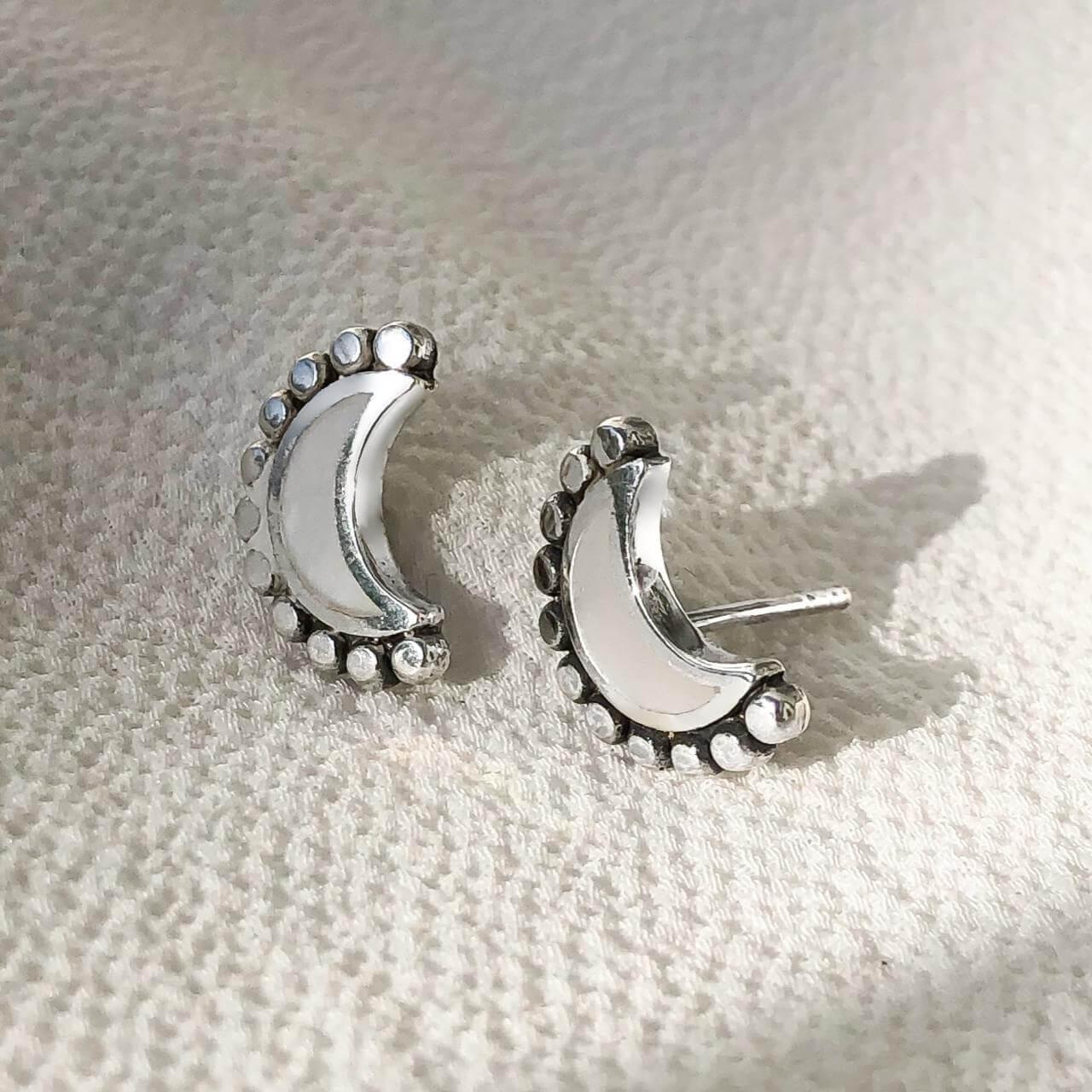 Brinco Meia Lua em Prata 925 com Madrepérola