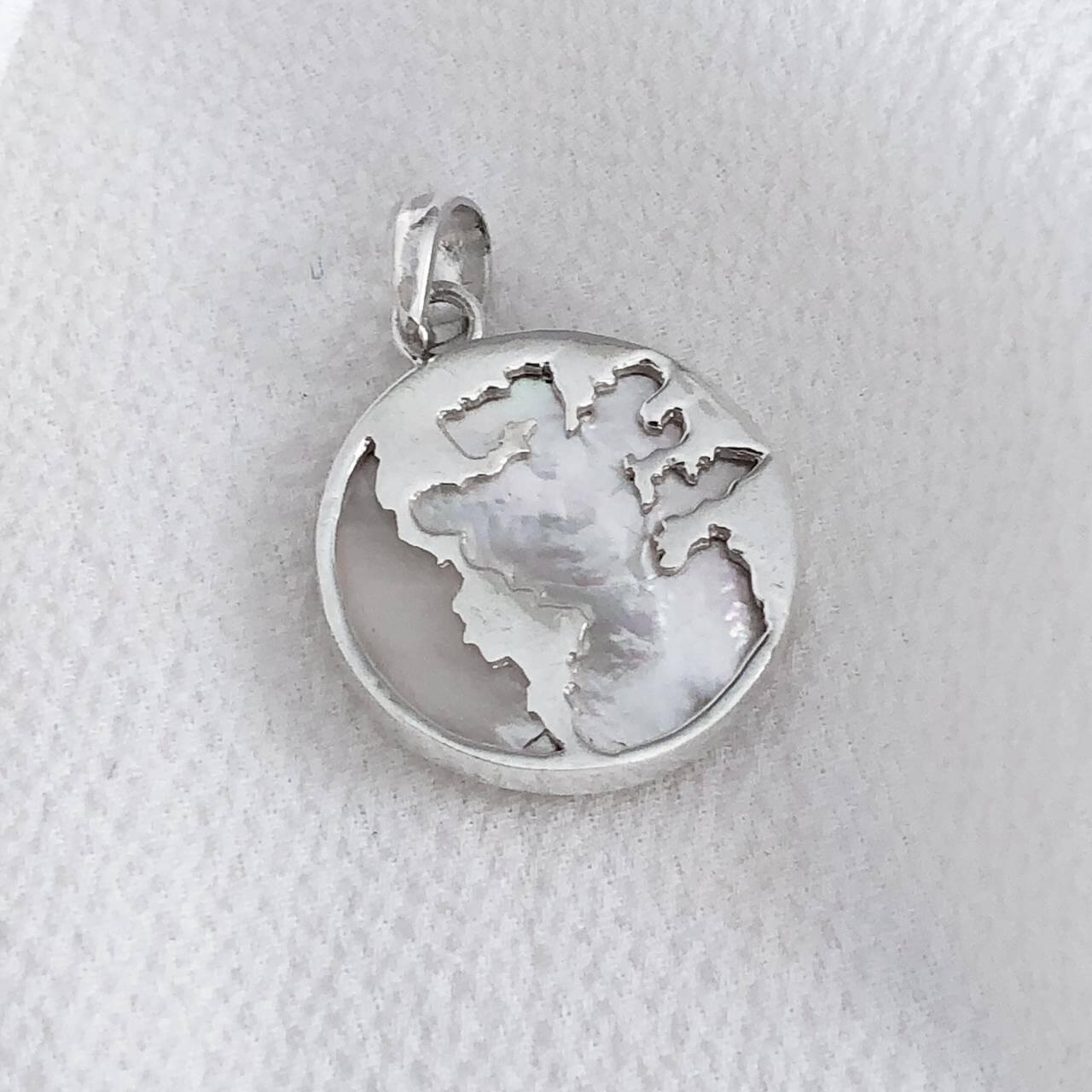 Pingente Mapa Mundi em Prata 925 com Madrepérola