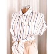 Blusa listrada com bolso e botões
