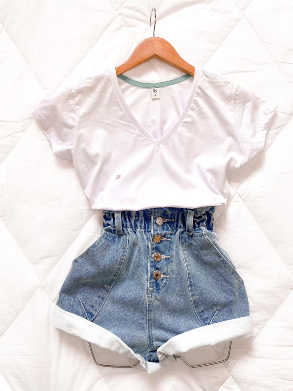 "T-shirt básica gola "" V """