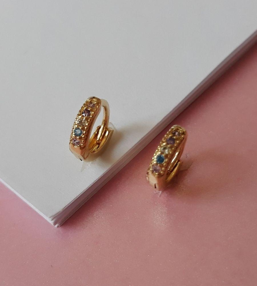 Brinco Argolinha Cravejada com Mircrozircônias Candy Collor - Banho de Ouro