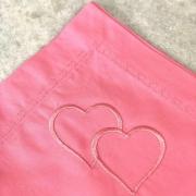 Guardanapo de percal 200 fios rosa com bordado de 2 corações e pesponto coração rosa- Cód. OC424