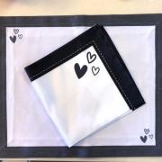Guardanapo de tecido branco com coração preto. Cód. P&B02