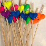 Palito em bambu com corações neon pacote 20und - Cód. HA214