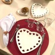 Prato formato coração de cerâmica com corações recortados na borda  M. Cód. 8276
