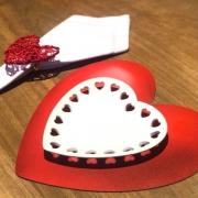 Prato formato coração de cerâmica com corações recortados na borda P - Cód. 8628