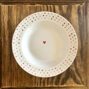 Prato com estampa coração fundo amor colorido. OC452