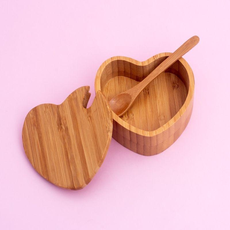 Açucareiro com formato de coração  com tampa e colher de bambu. Cód. PO-13153
