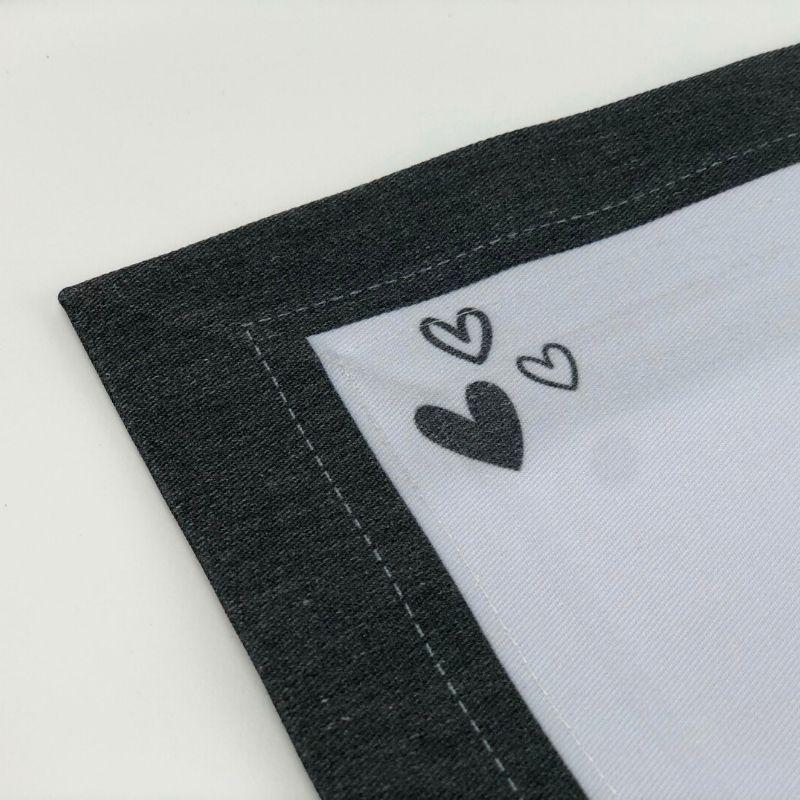Jogo americano branco com borda preta e coração design. Cód.P&B05