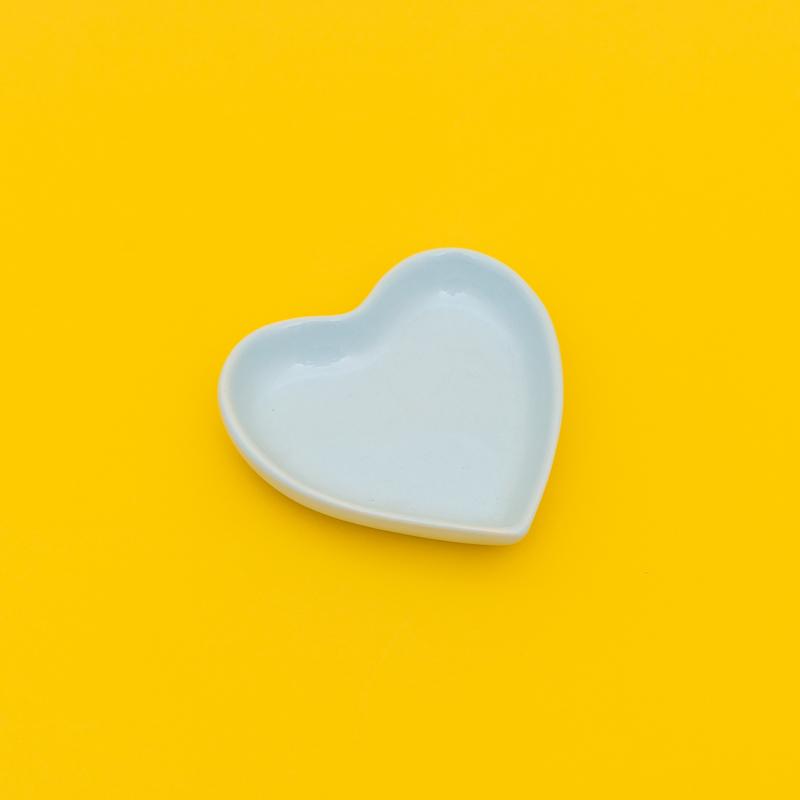 Mini prato formato coração de cerâmica azul bebê. Cód 77-315PP