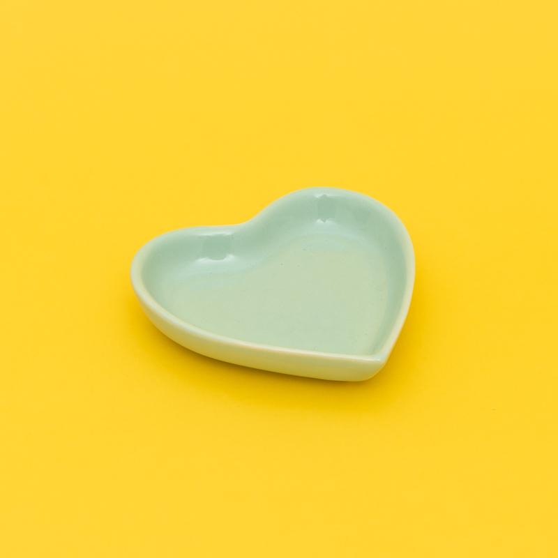Mini prato formato coração de cerâmica verde bebê 10cm x 9cm. Cód 92-315PPV