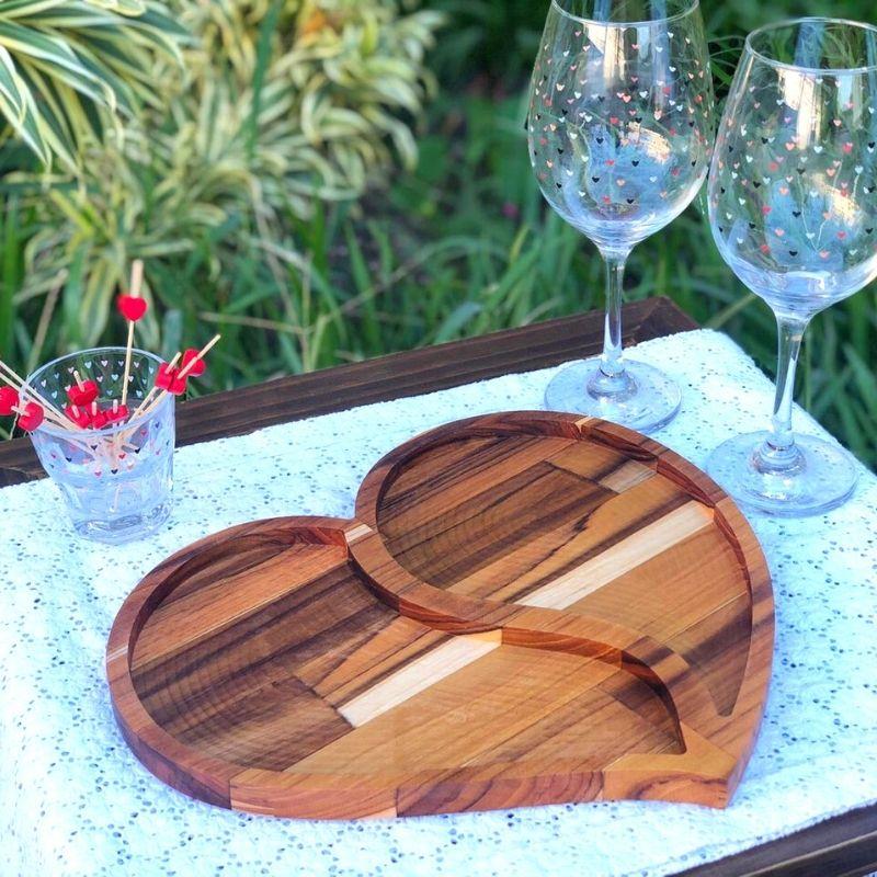 Petisqueira de madeira teca formato coração com divisória. Cód. OC445