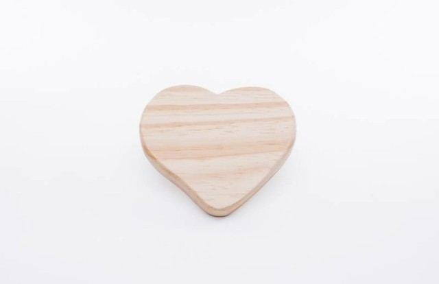 Tábua de formato coração de pinus natural 14cm x 12cm - Cód 3285