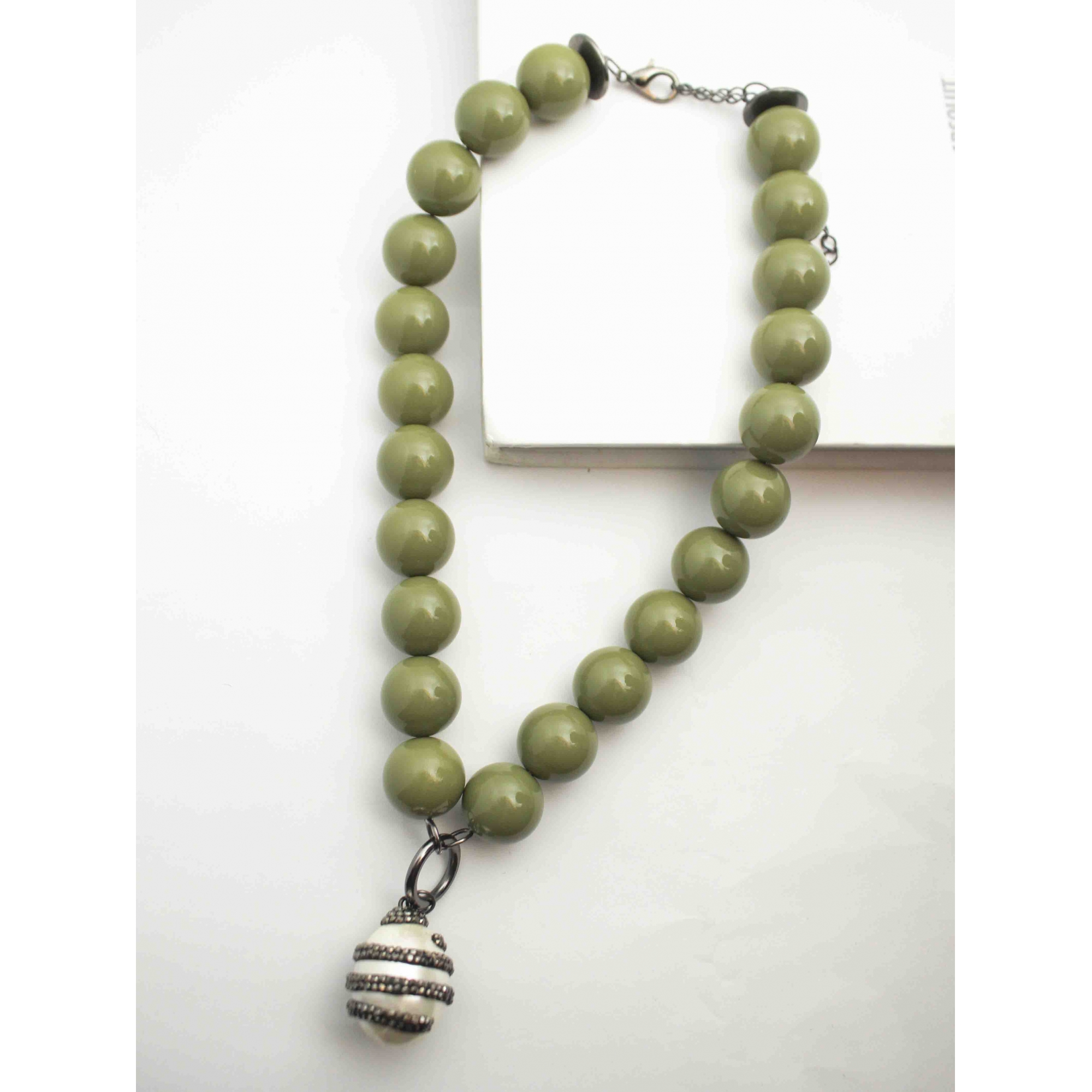 Colar de bolas de resina verde abacate e pingente pérola