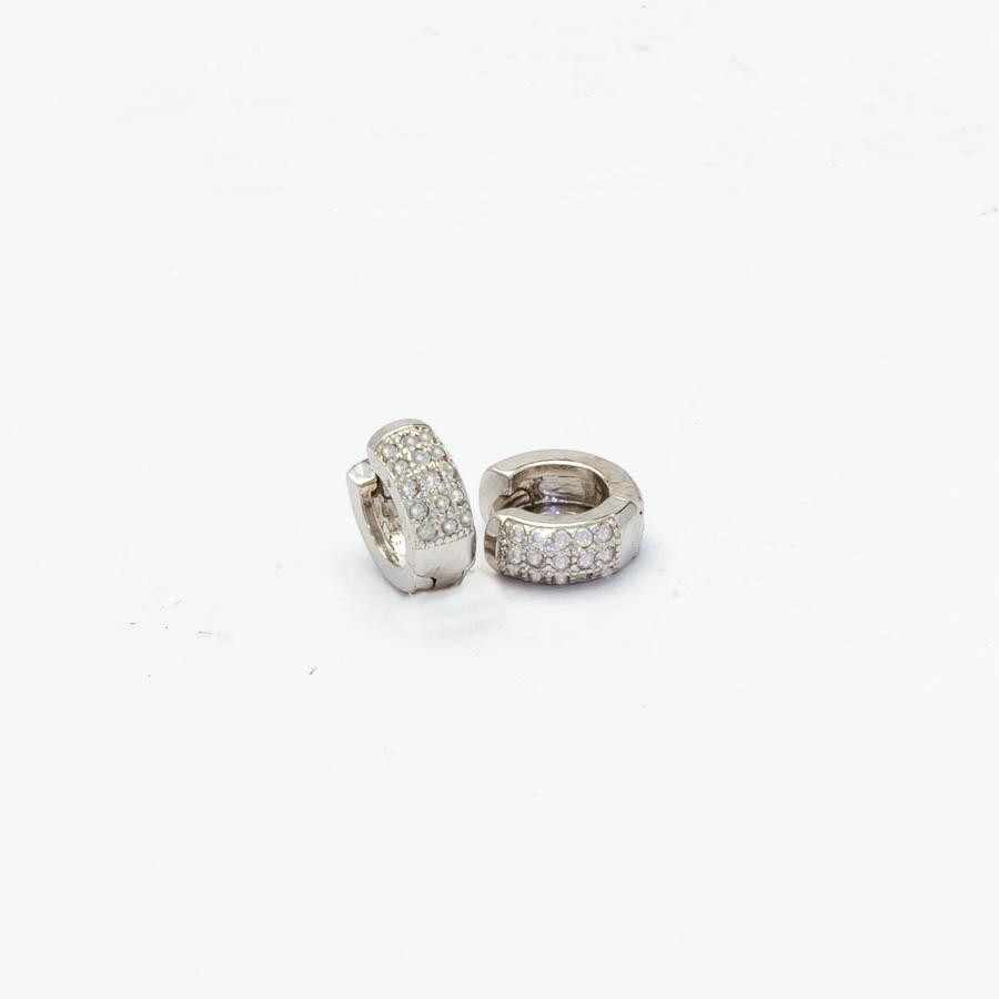 Brinco clic cravejado Zircononia P banhado ródio branco