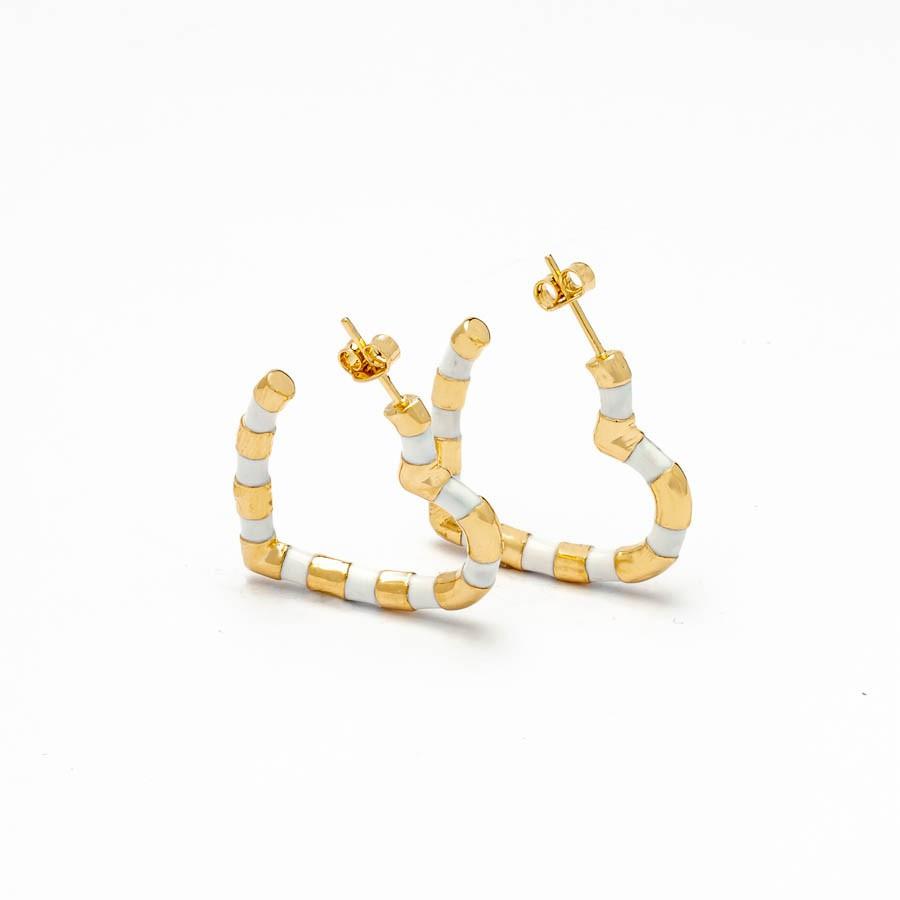 Brinco coração pequeno resina  branco banhado ouro18k