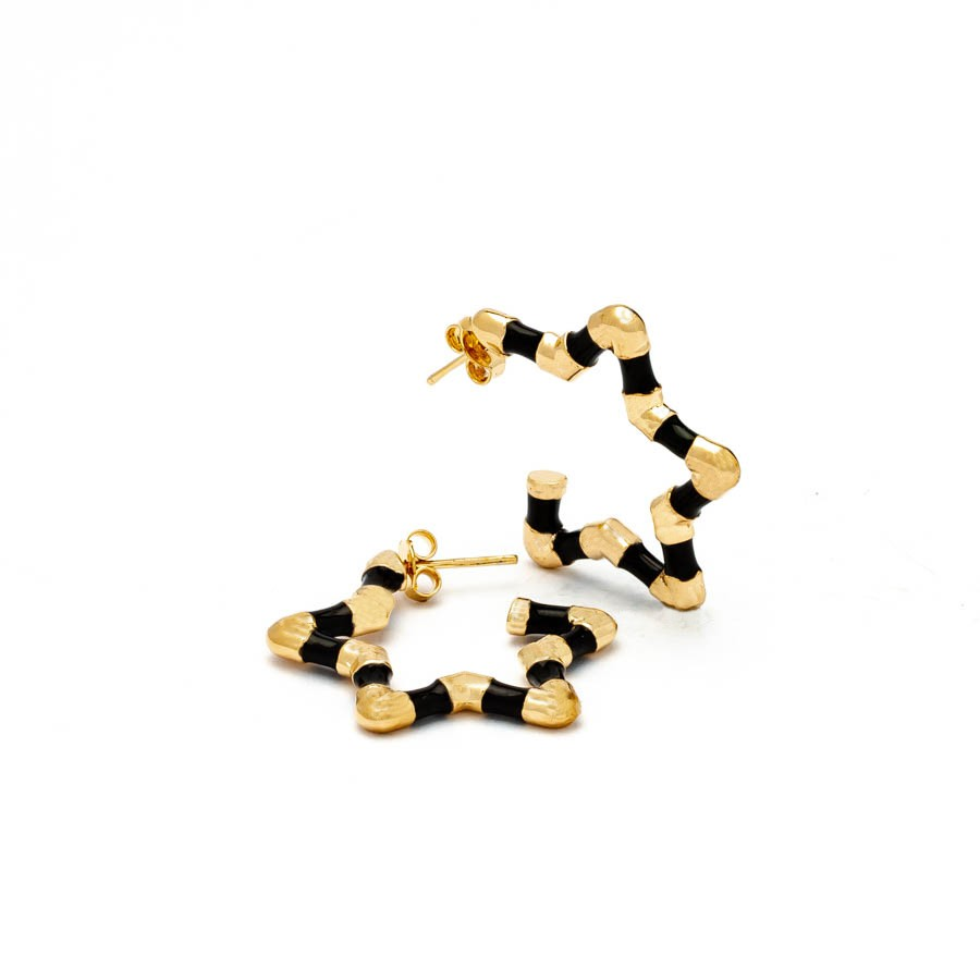 Brinco estrela  pequeno resina  preto banhado ouro18k