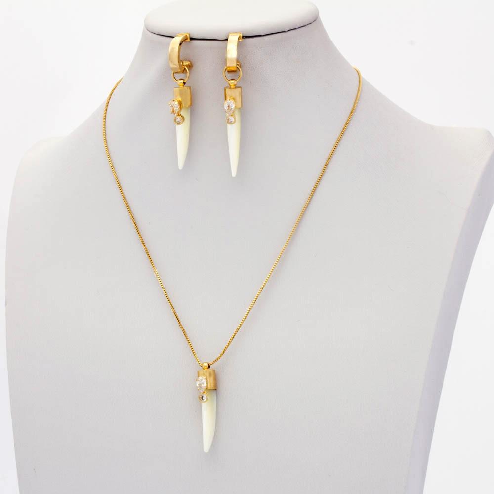 Conjunto de dente sabre Madrepérola colar e brinco banhado em  ouro 18k