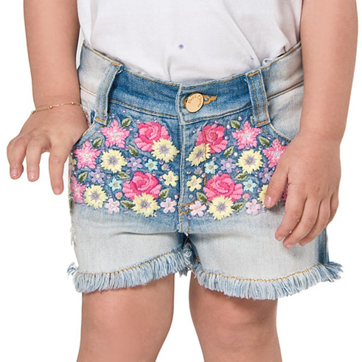 Conjunto Blusa Bordada e Shorts Jeans