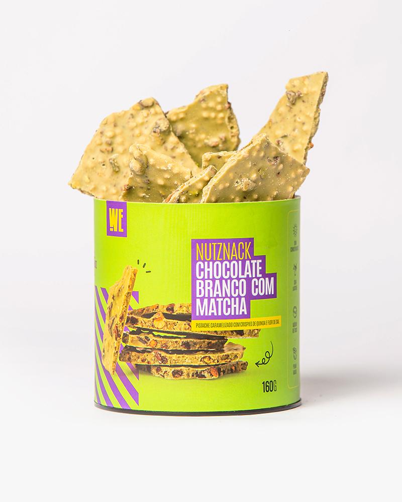 Nutznack choco branco e matcha com pistache caramelizado, crispies de quinoa e flor de sal