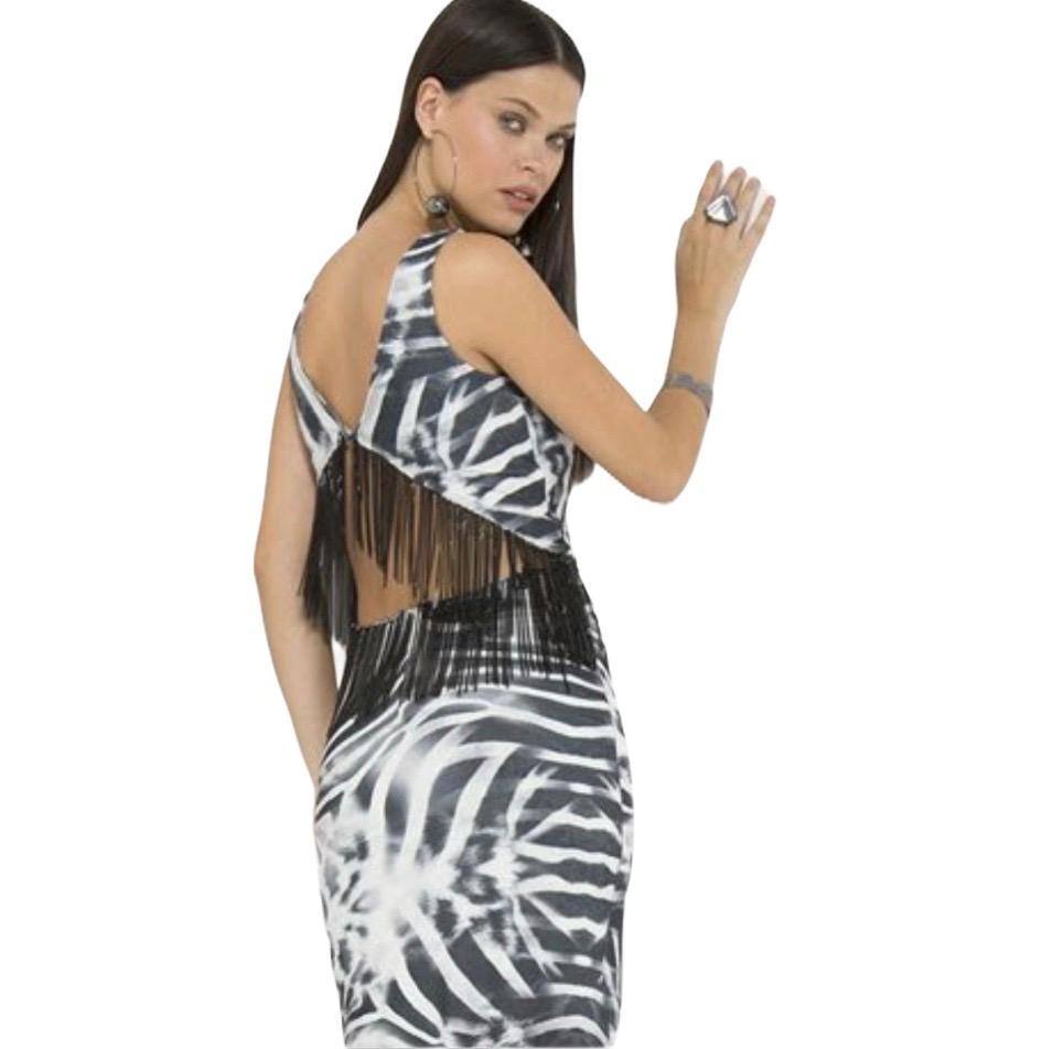 Vestido longo estampa zebra com bordados nas costas