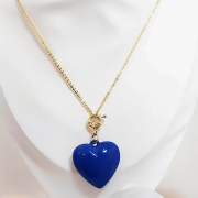 Colar fecho frontal coração em resina azul