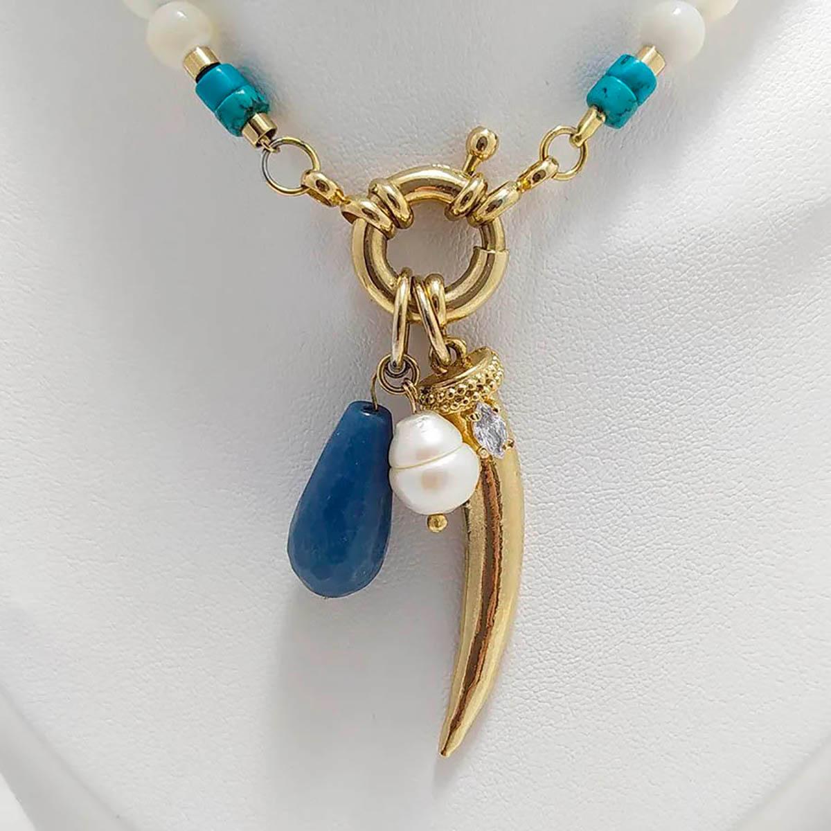 Colar em pérola barroca e pedras azuis com pingente de dente de sabre