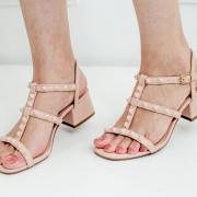 Sandália feminina salto grosso  com taxas valentino inspired