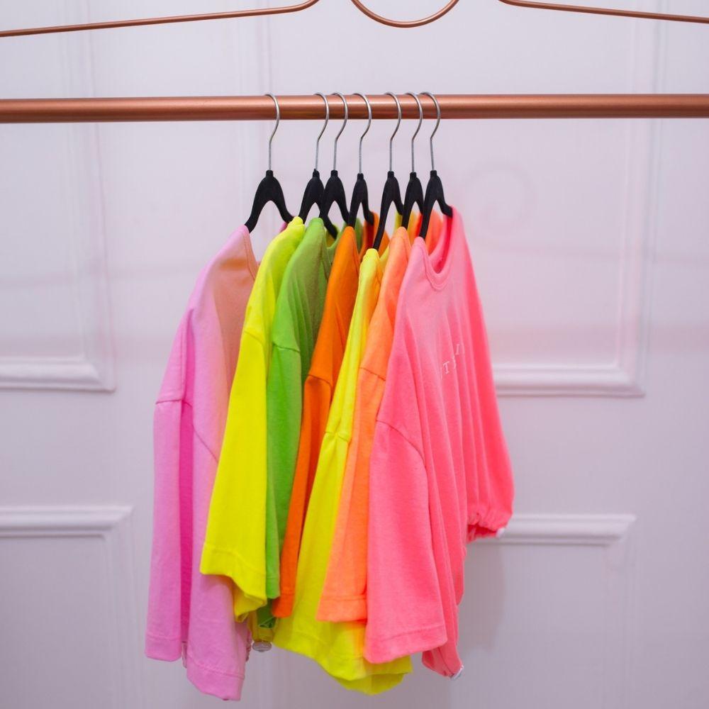 Blusa t-shirt feminino cropped com regulagem neon tendência