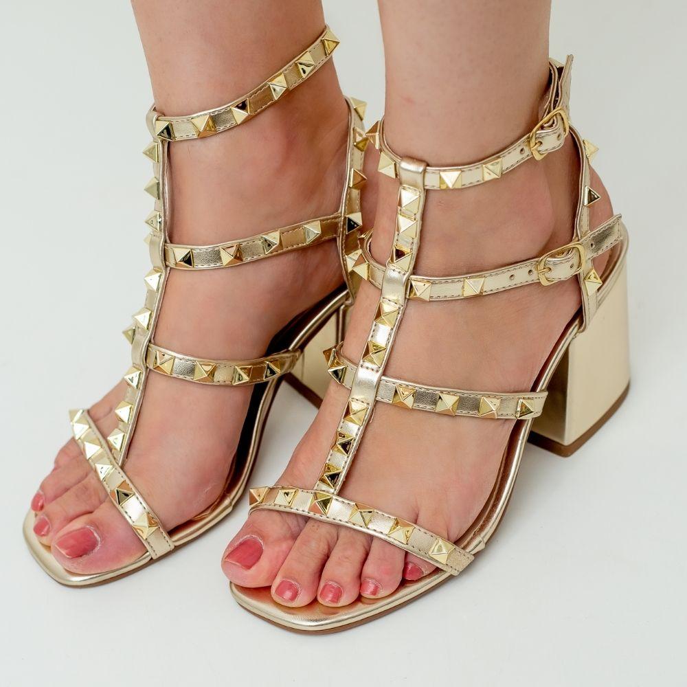 Sandália feminina com taxas dourado valentino inspired