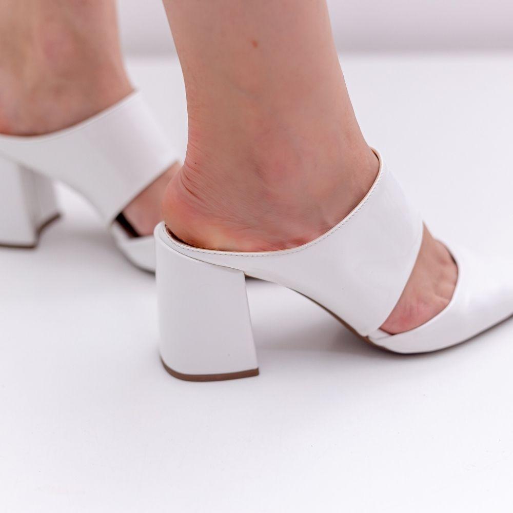Scarpin feminino estilo mule salto bloco branco