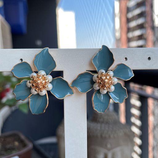 Brinco Flor Esmaltada Azul Perolas Banho Ouro