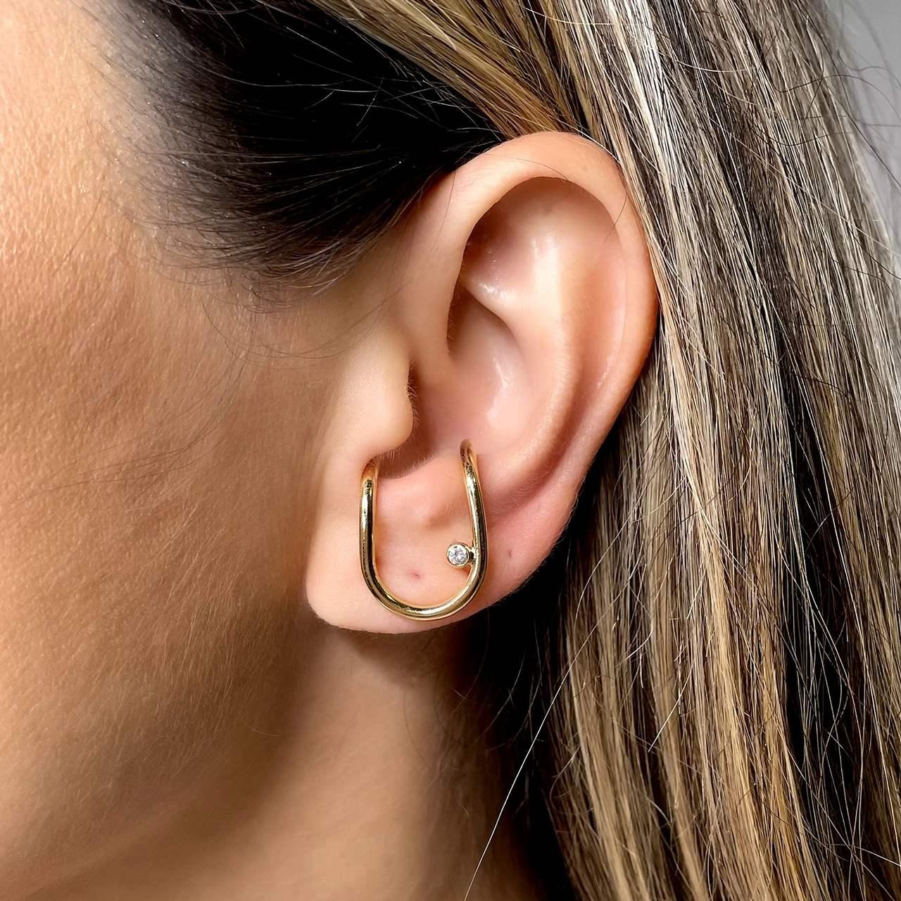 Ear Hook Formato U Liso 1 zirconia Banho Ouro