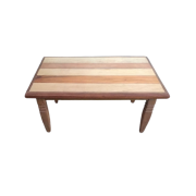 Mesa de centro em madeira com pés torneados
