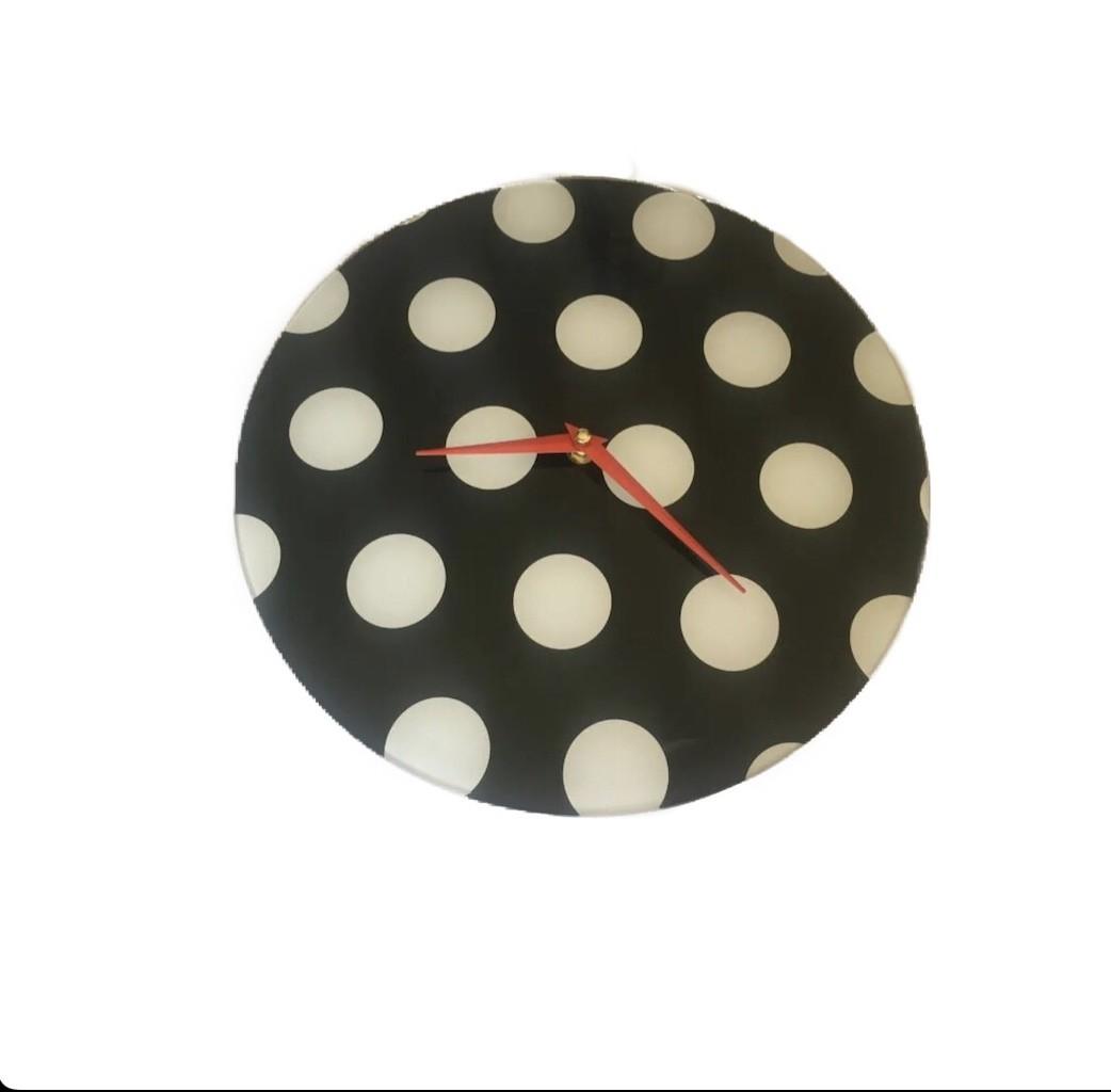 Relógio de vidro com bolinhas brancas