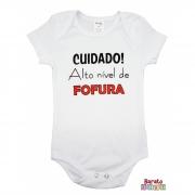 Body Bebê MC (P/M/G) - Cuidado! Alto Nível de Fofura - Barato Bebê - Branco