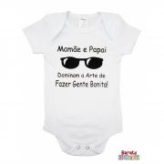 Body Bebê MC (P/M/G) -  Mamãe e Papai Dominam a Arte de Fazer Gente Bonita - Barato Bebê - Branco