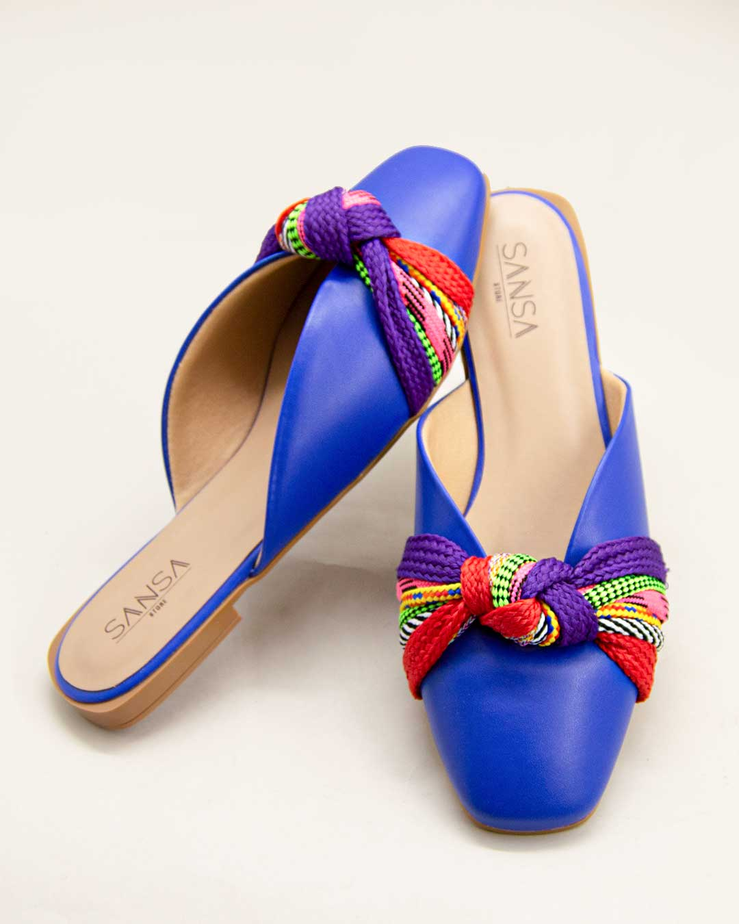 Mule com faixa colorida e azul