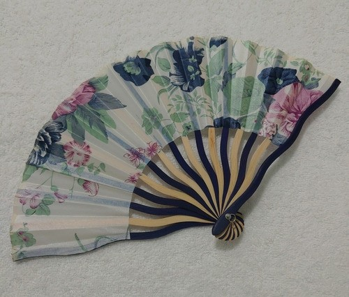 Leque Japonês Em Tecido Florido - Branco