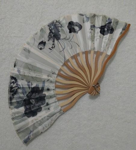Leque Japonês Em Tecido Florido - Branco E Cinza