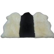Tapete de Pele de Carneiro(Ovelha) com Lã Natural Costurado com 3 peles Aprox.0,95x1,40 Preto e Branco