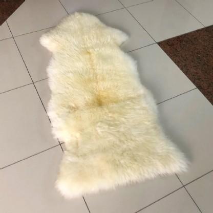 Tapete de Pele de Carneiro(Ovelha) com Lã Natural costurado 1 pele e 1/2 Aprox. 0,50x1,30m Natural