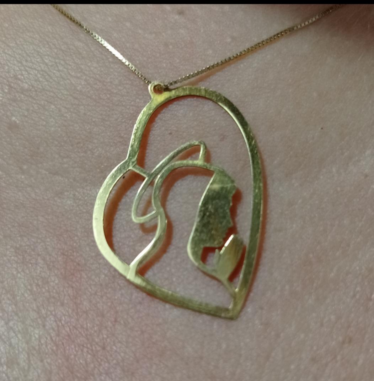 Cordão Feminino com o símbolo da Nossa Senhora Vazado.