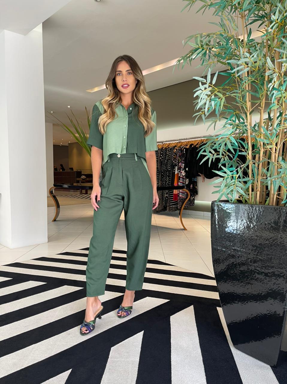 Conjunto camisa cropped e calça Verde -