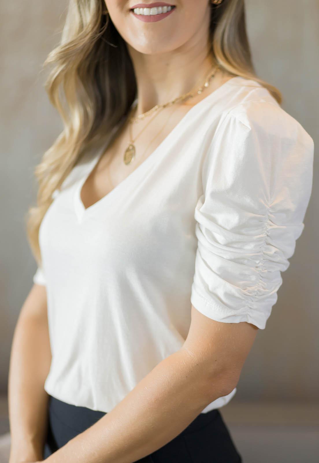 BLUSA T-SHIRT FEMININA MANGA DRAPEADA OFF WHITE