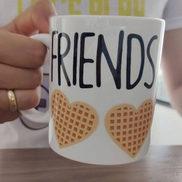 Caneca Friends Don't Lie