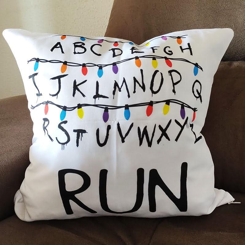 Almofada Stranger: Alfabeto - Run