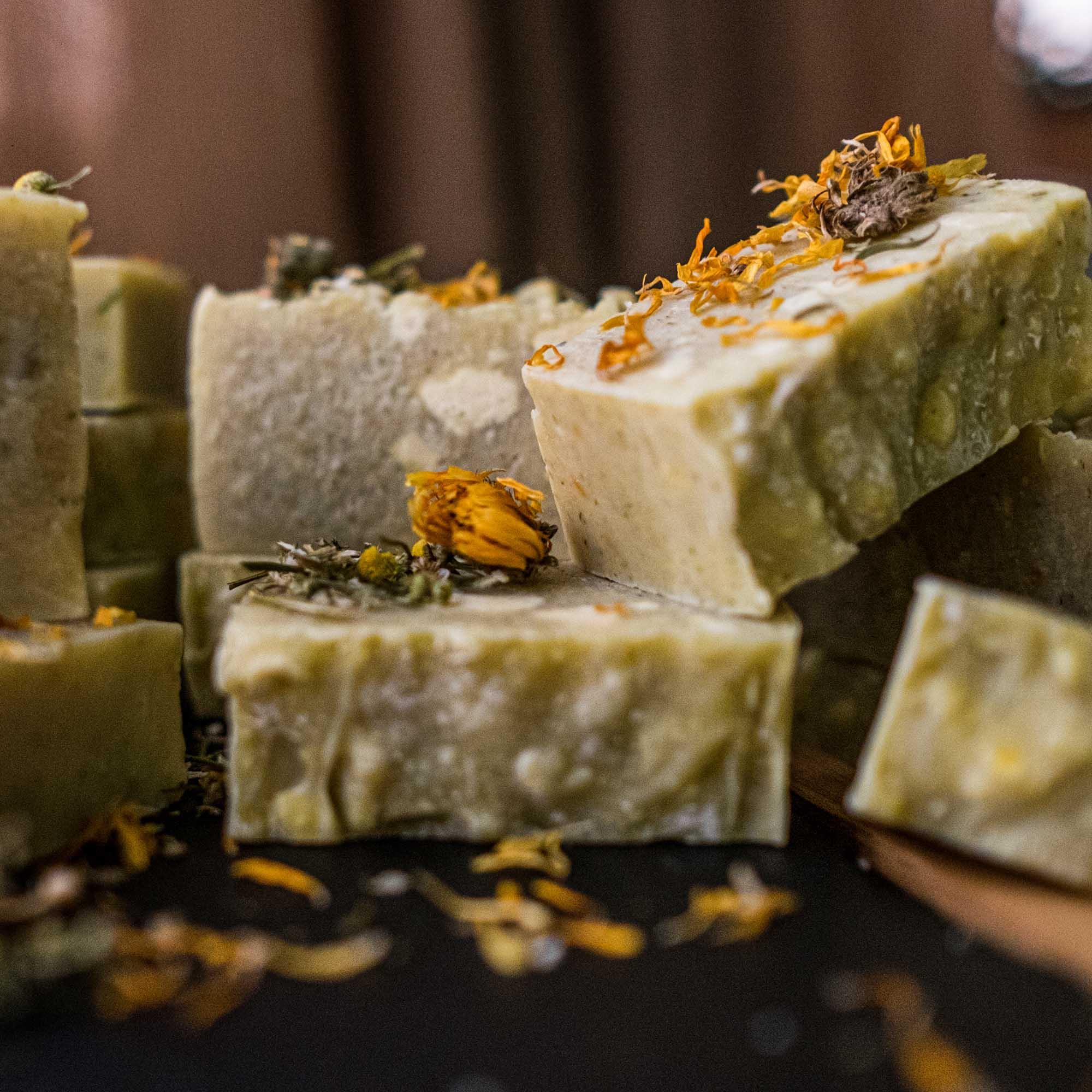 Sabonete/xampu em barra Hidratante - Camomila Calêndula Lavanda e Manteiga de Cupuaçu - 100g