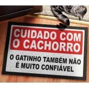 TAPETE CAPACHO CUIDADO COM O CACHORRO O GATINHO TAMBÉM NÃO É MUITO CONFIÁVEL